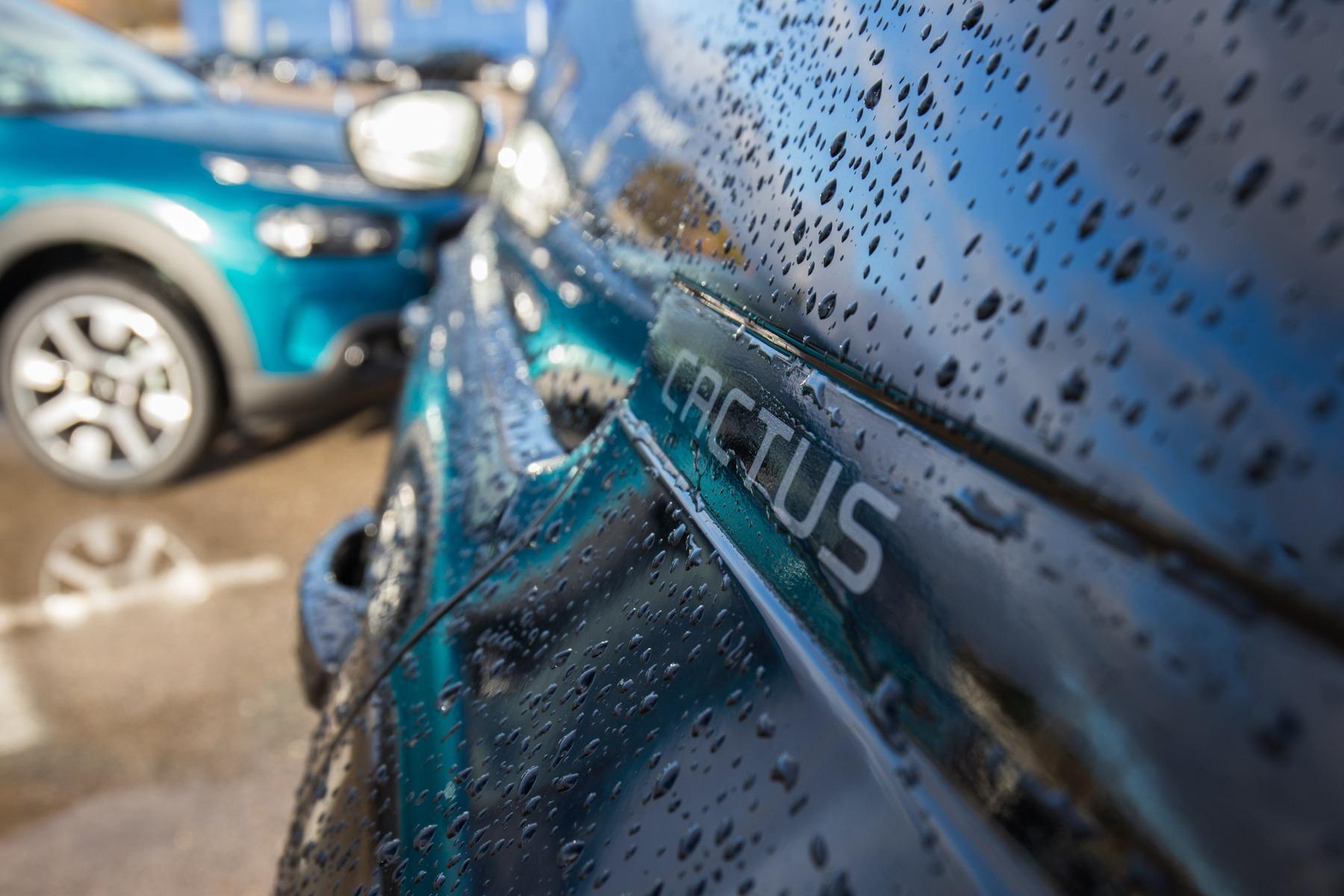 Adaptar coche para la lluvia: Protectores, repelente, sensores…