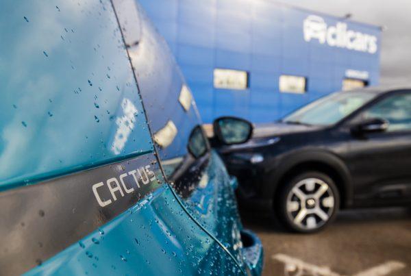 lavar el coche en autolavado